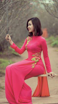 4 Factors to Consider when Shopping for African Fashion – Designer Fashion Tips Beautiful Pakistani Dresses, Beautiful Muslim Women, Beautiful Asian Girls, Vietnamese Clothing, Vietnamese Dress, Vietnamese Traditional Dress, Traditional Dresses, Oriental Fashion, Asian Fashion