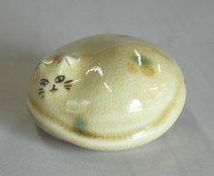 まるーくまるまった三毛猫のペーパーウェイト。しっぽの付け根に金の葉っぱ。仁清土に飴釉サイズ:直径6㎝ × 高さ4㎝|ハンドメイド、手作り、手仕事品の通販・販売・購入ならCreema。