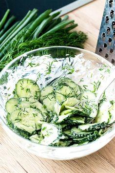 Polnischer Gurkensalat, auch Mizeria genannt, ist super lecker. Er wird sehr oft im Sommer aus frischen Gartengurken zubereitet. Zutaten: 1 Gurke 2 EL Dill