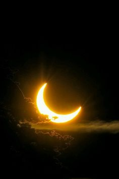 Solar Eclipse Photography Inspiration – Best Photos from famous photographers Solar Eclipse Photography, Moon Photography, Photography Tips, Landscape Photography, Wedding Photography, Sun Moon, Stars And Moon, Black And Gold Aesthetic, Cresent Moon