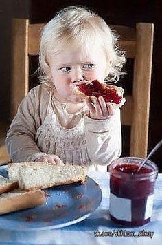 Brodeyness — henkheijmans: Toddler eating bread and jam -. Beautiful Children, Beautiful Babies, Beautiful Life, Cute Kids, Cute Babies, Little Children, Happy Children, Baby Kind, Book Of Life