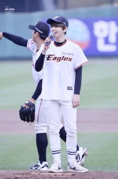 Baekhyun - 150616 SK Wywerns vs Hanwha Eagles opening pitch Credit: Mr. Mini. (SK 와이번스 vs 한화 이글스 시구식)