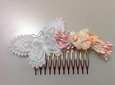 Modelo Nanse Un tocado equilibrado, brutos nacados en rosa y blanco se entremezclan tras las dos orquídeas una en rosa palo y otra en rosa nacarado. Este ramillete de tonos suaves se complementa con la otra protagonista del tocado la gran mariposa de encaje de Brujas. Un nuevo diseño, de ensueño.  #lamoradadenoa #encaje #flores #mariposa #peine #tocado #peina #frutos #nacarado #boda #novia #peinado