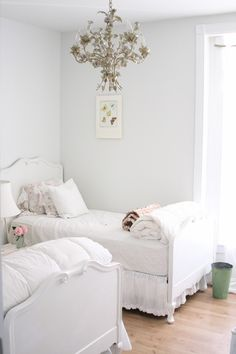 Another shabby chic girl's bedroom. By Dreamy Whites on Houzz Shabby Chic Interiors, Shabby Chic Bedrooms, Shabby Chic Homes, Shabby Chic Furniture, Furniture Vintage, Eclectic Bedrooms, Modern Bedroom, Girls Bedroom, Bedroom Decor