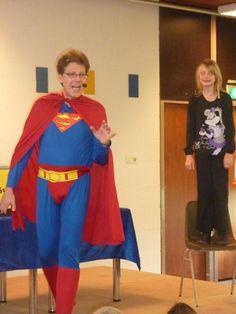 Een meisje helpt schoolgoochelaar Supernoud.
