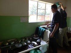 """Een klein jaar na de """"meetreis"""" gaan Eric en Silvia van Luxaflex® opnieuw op naar Malawi. Nu om horren in ziekenhuizen te monteren met als doel om malaria tegen te gaan. Dit keer reizen ze samen met Jacqueline van Cordaid Memisa, klant én technisch specialist Jeroen namens Beku Krommenie en Leontine (de hoofdredacteur van Margriet) die in juni een verslag zal publiceren van de reis. - De verloskamer. Even improviseren…."""