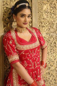 Our Beautiful Rajputi Bride at Sizzlin Scizzors . Rajasthani Bride, Rajasthani Dress, Indian Bridal Outfits, Indian Bridal Wear, Rajput Jewellery, Royal Indian Wedding, Bandhani Dress, Petite Bride, Rajputi Dress