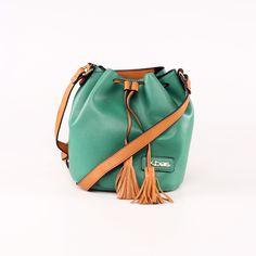 Praktická cross body kabelka v zaujímavej zelenej farbe. Jedinečná je aj vďaka svojmu zapínaniu. Cross Body, Bucket Bag, Bags, Fashion, Handbags, Moda, Fashion Styles, Pouch Bag, Taschen