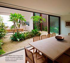 Uma casa na Baleia. Veja: https://casadevalentina.com.br/blog/detalhes/casa-na-baleia-2828 #decor #decoracao #interior #design #casa #home #house #idea #ideia #detalhes #details #beach #praia #style #estilo #nature #natureza #casadevalentina #diningroom #saladejantar
