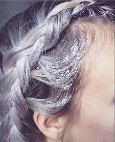Silver glitter roots on grey hair Hair Inspo, Hair Inspiration, Glitter Roots, Silver Glitter, Purple Glitter, Mermaid Glitter, Color Fantasia, Pelo Natural, Maquillage Halloween