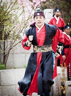 Korean drama [Jang Ok-jung, Living by Love] = 숙종 [King Sukjong] - 유아인 (Yoo Ah-in) my most fave king everrrr lol Korean Hanbok, Korean Dress, Korean Outfits, Korean Traditional Dress, Traditional Fashion, Traditional Dresses, Korean Star, Korean Men, Jang Ok Jung