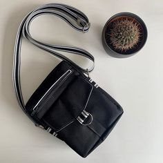 La Griffe De Juju 29 sur Instagram: Parce que les hommes aussi ont le droit d'avoir du style ! Une jolie besace Jive noire en toile polyester, donc déperlante et nettoyable à… Polyester, Bags, Instagram, Fashion, Law, Sewing, Men, Canvas, Handbags