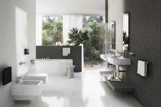 Une salle de bain moderne en noir et blanc avec baignoire, plan vasque et wc ultra design.