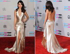 Selena Gomez ousou com o vestido de tecido leve e decote bem profundo nas costas. O modelo é super sexy e deixa bastante do corpo á mostra, por isso pegue leve nos acessórios, make e cabelo, para não ficar over.