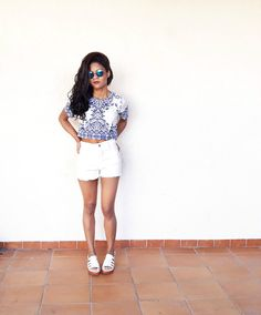 Montei mais três looks Estilo Proprio By Sir (@sicaramos)  Oculos Romwe / Short faz parte do conjunto estampa de porcelana Choies (Blue Tile Print Short Sleeve Crop Top And Shorts)/ Short lightinthebox (Short  White Jeans Pants)/ Look com Melissa – Boemia Platform (compre aqui)