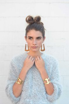 Go sculptural with a loose sweater, statement earrings and topknot. Get the look here. Statement Earrings Outfit, Statement Jewelry, Looks Style, My Style, Estilo Tropical, Fashion Accessories, Fashion Jewelry, Cheap Accessories, Bling