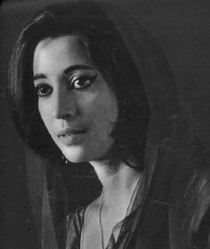 Let's go back to the roots of indian cinema and find out about the beauty of movies and music during the black and white and early colour movie era. Vintage Bollywood, Indian Bollywood, Bollywood Stars, Bollywood Actress, Indian Film Actress, Indian Actresses, Sadhana Actress, Suchitra Sen, Film Icon