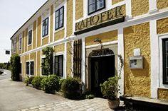 Gasthof Rahofer zwischen den zwei öberösterreichischen Kulturjuwelen Enns und Steyr... Der liebevoll restaurierte Vierkanthof versprüht Charme und Gemütlichkeit und noch stilechter liest es sich sonst nirgendwo...Auf Entdeckungsreise kann man sowohl in der Schriftstellergeschichte der Familie Rahofer wie auch in der Sammlung junger österreichischer Talente gehen...
