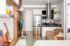 Em apenas 26,55 m², o rapaz carioca conseguiu organizar sua vida, seus pertences e seus hobbies. Menos divisórias e marcenaria planejada lideram a lista de boas ideias