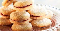 Sokerissa pyöritetyt herrasväen pikkuleivät kuuluvat pikkuleipien aateliin. Tässä reseptissä käytetään ihanaa karpalotäytettä. Suosittelemme!