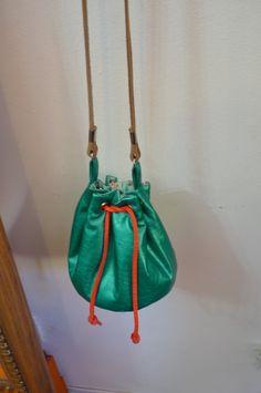Bolsa saco pequena e tecido acetinado e alças de couro, um graça! R$ 69,90