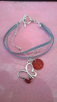 Bracelet feutrine bleue, chaînette argentée, breloque papillon, sequin rouge.