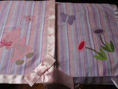 Enxoval de bebe - Cueiros em flanela e barra em cetim Para comprar acesse: www.maeteatelier.... ou envie um e-mail para: mailto:teresi@glo...