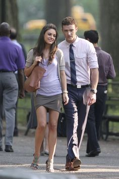 "I love this look that Mila Kunis wore on the set of her movie with Justin Timberlake called ""Friends with Benefits"". I think her skirt is th. Shawn Mendes Sweatshirt, Holy Shirt, The Artist Movie, Friends With Benefits, Mila Kunis, Celebrity Look, Celeb Style, Tv Actors, James Perse"