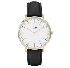 Cluse horloge La Bohéme gold-white-black 38 mm CL18406. Modieus en fashionable Cluse dameshorloge. Het La Bohème model heeft een ultradunne goudkleurige, stalen kast met een witte wijzerplaat waarop goudkleurige index en wijzers. De zwartlederen horlogeband sluit door middel van een gespsluiting. Met aandacht voor elk detail ontworpen, voor een sophisticated en elegante style. De band is eenvoudig te verwisselen, waardoor je jouw horloge altijd kunt personaliseren.
