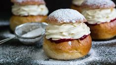 Klassiske fastelavnsboller med krem og syltetøy – Ida Gran-Jansen Doughnut, Camembert Cheese, Cheesecake, Desserts, Food, Cheesecake Cake, Tailgate Desserts, Deserts, Cheesecakes