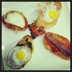 Montaditos : De sobrasada con queso de cabra y cebolla frita. De morcilla con huevo de codorniz y habitas fritas. De salmón ahumado con queso y huevo de codorniz. De sardina ahumada con pan a la catalana