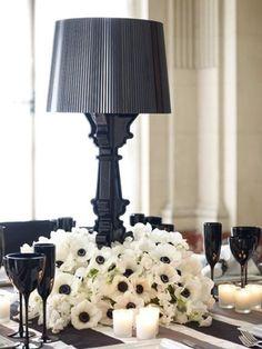 Lampe noire avec des fleurs blanches de mariage