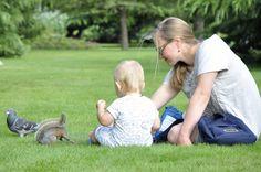 Bebê e sua mãe alimentando o esquilo. London. UK