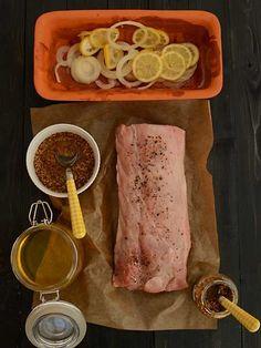 Schab pieczony z musztardą i miodem - receptura inspirowana przepisem Pani Neli Rubinstein1 i 1/2 kg schabu bez kości2 cytryny1 spora cebula4 łyżki oleju3 łyżki miodu3 łyżki musztardy z całymi ziarnami gorczycyświeżo zmielony czarny pieprzsól Obraną cebulę pokrój na cienki plastry. Dokładnie wyszorowane cytryny pokrój na cienkie plastry. Umyty i bardzo dokładnie osuszony schab natrzyj solą i olejem. Naczynie wyłóż połową cytryn i cebuli, skrop olejem. Połóż na niej mięso Polish Recipes, Salsa, Food Porn, Pork, Food And Drink, Beef, Dinner, Cooking, Food