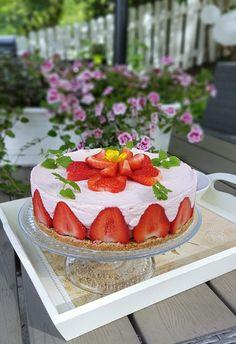 Gluteeniton mansikkajuustokakku   Himoleipuri 200 Calories, Cheesecake, Desserts, Food, Tailgate Desserts, Deserts, Cheesecakes, Essen, Postres
