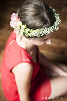 bride withe a beautiful flower wreath
