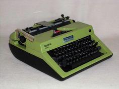 Alte tragbare mechanische Reiseschreibmaschine der Marke Olympia, Modell «Monica», Olympia Büromaschinenwerke AG.Eine gute Alternative zum Computer für alle, die mit ihrer Schreibarbeit auch dort fortfahren können,wo es keinen Strom gibt. Bequem zu transportieren, da in einem Originalkoffer mit Kofferverschluss.Die Schreibmaschine funktioniert einwandfrei und befindet sich in einem gepflegten gebrauchten Zustand. Originalkoffer und Farbband sind mit dabei.Maße  mit Koffer ca. 34,0 cm x 33,0…