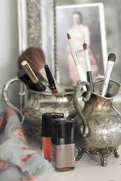 Vintage im Kleinen: Auf dem Flohmarkt nach alten Kännchen und Vasen suchen und diese im Bad zum Pinselhalter umfunktionieren