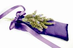 Instructions for making an herbal sleep pillow and four herb blends for reducing stress, convalescing, easing nightmares, and sleeping restfully Herbal Remedies, Natural Remedies, Health Remedies, Cheap Candles, Aromatherapy Oils, Allergies, Health And Beauty, Herbalism, Homemade