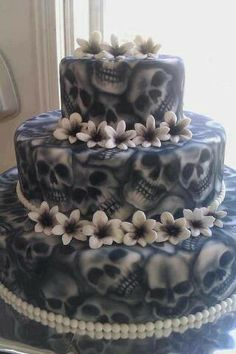 Check Out 20 Halloween Cake Ideas To Try Right Now. Halloween is one of the best times to put your spooky and creative side to work. Scary Halloween Cakes, Halloween Torte, Pasteles Halloween, Bolo Halloween, Halloween Treats, Spirit Halloween, Halloween Skull, Scary Cakes, Halloween Horror