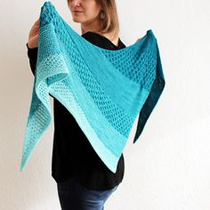 This beautiful triangular shawl combines garter stitch and three different honeycomb patterns to highlight the eye-catching colour changes of a gradient set.