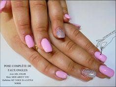 Des faux ongles colorés et pailletés pour partir au soleil!