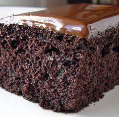 Receita de bolo de chocolate molhadinho e fofinho mais elogiada do site Multi Receitas. Vale apena experimentar.