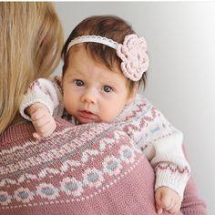 «#Klompelompekofte til mor og #klompelompedress til babyen :) oppskrift på koften finner du i høst og vinterheftet til voksen og dressen finner du i høst…»