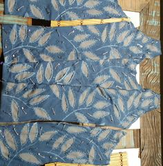 Quem espiou a pasta de customização reparou na minha paixão pelo maravilhoso trabalho em aplique reverso de Natalie Chanin, do Alabama Chanin. As peças são todas confeccionadas 100% à mão....Bom, eu tinha stencil, camiseta velha de sobra, um pouco de paciência e resolvi tentar...Esse é meu projeto do corset em andamento...Se vai dar certo ainda é um mistério...rs...