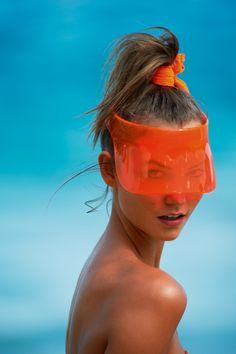 Karlie Kloss à la plage par Gilles Bensimon, lunettes de soleil orange, chouchou