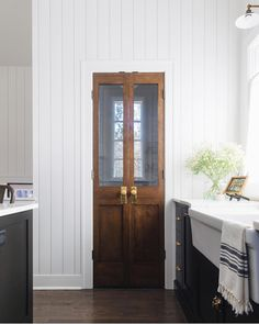 Vintage Interior Design Pantry Door Kitchen pantry door Pantry door ideas pantry features vintage-looking double doors with antique hardware Kitchen Pantry Doors, Glass Pantry Door, Kitchen Pantries, Pantry Room, Bi Fold Pantry Doors, Wooden Pantry, Barn Door Pantry, Pantry Cabinets, Glass Door Knobs