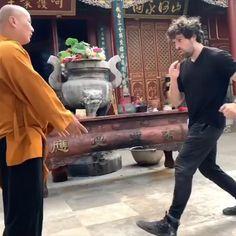 Self Defense Moves, Self Defense Martial Arts, Kung Fu Martial Arts, Martial Arts Workout, Martial Arts Training, Mixed Martial Arts, Techniques D'autodéfense, Martial Arts Techniques, Self Defense Techniques