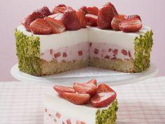 Erdbeer-Joghurt-Torte mit Pistazienmantel - Kalorien: 267 Kcal - Zeit: 40 Min. | http://eatsmarter.de/rezepte/erdbeer-joghurt-torte-mit-pistazienmantel