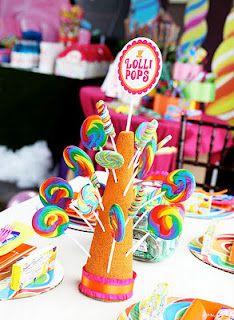Conos de icopor decorados con chupetes como centro de mesa. #CandyBar